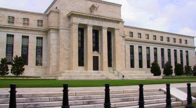 EUA mantém taxa de juros para impulsionar economia