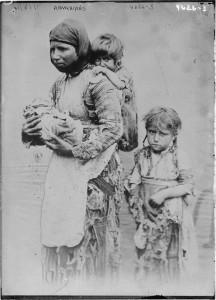 Viúva armênia foge diante de massacres no Império Turco-Otomano no final do século XIX. (Domíno público. Fonte: Wikimedia)
