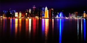 Vista noturna de Doha, no Catar. Em que se baseia a opulência econômica desse país?  (Foto: Nuroptics/Wikimedia)