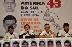 """Pais de estudantes desaparecidos no México percorrem a América do Sul em campanha para que o caso seja solucionado. """"Vivos os levaram, vivos os queremos"""", diz o lema. (Foto: Fenando Frazão/Agência Brasil)"""