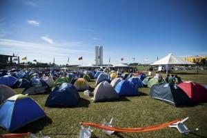 Grupos contra a  PEC da redução da maioridade penal estão acampados  em frente ao Congresso Nacional. (Foto: Marcelo Camargo/Agência Brasil)
