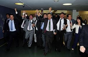 Deputados comemoram aprovação da redução da maioridade penal.