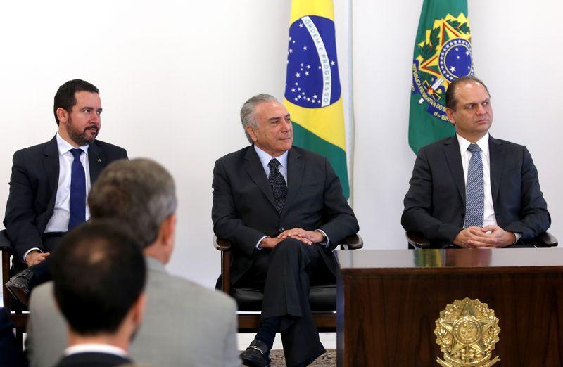 Brasília - Michel Temer (centro) e o ministro da Saúde, Ricardo Barros (direita). Orçamento da saúde proposto para 2017 é R$ 5,6 bilhões menor que o de 2016. (Foto: Wilson Dias/Agência Brasil)