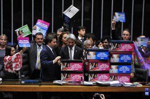 Deputados entregam abaixo-assinado com mais de 330 mil subscrições contra o teto de gastos. Foto: Luis Macedo/Câmara dos Deputados.