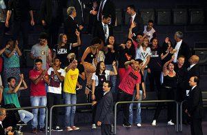 Manifestantes protestam contra teto dos gastos durante sessão na Câmara dos Deputados. Rodrigo Maia (DEM) mandou retirá-los. Foto: Luiz Macedo/Câmara dos Deputados.